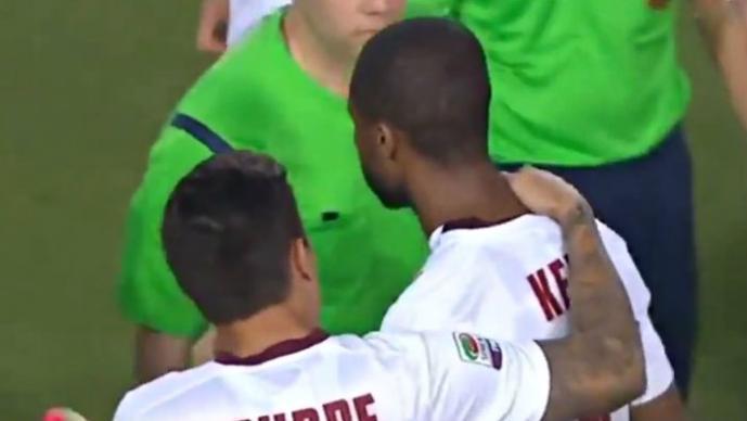 Futbolista golpea con una botella en el rostro a su rival   VIDEO