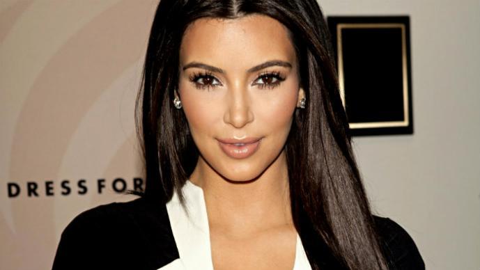 Kim Kardashian enseña su ropa íntima con un sexy vestido
