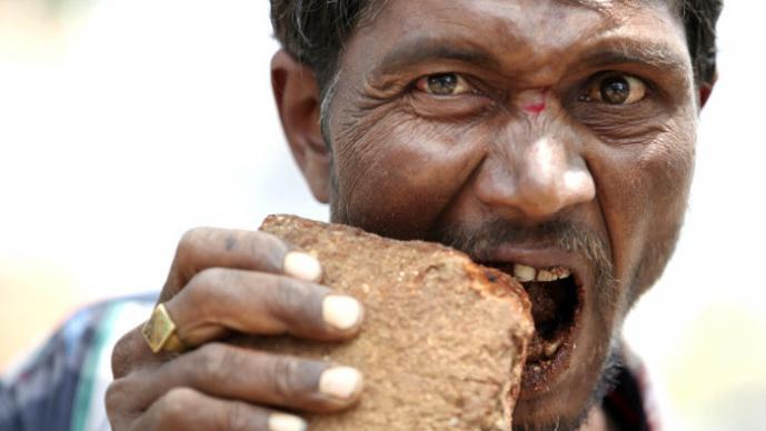 Pakkirappa Hunagundi el hombre come ladrillos para sobrevivir
