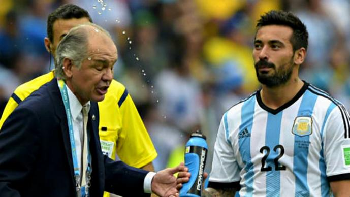 Jugador moja a su técnico por regañarlo | VIDEO