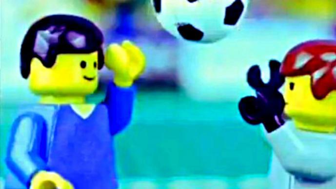 """Recrean """"la mano de Dios"""" versión LEGO"""