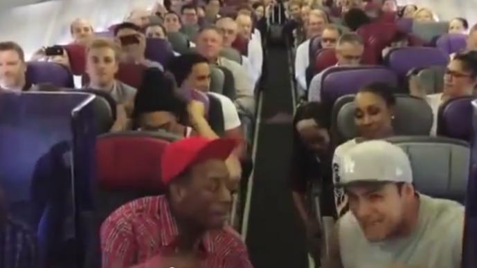 Avión se mueve al ritmo de 'El Rey León'