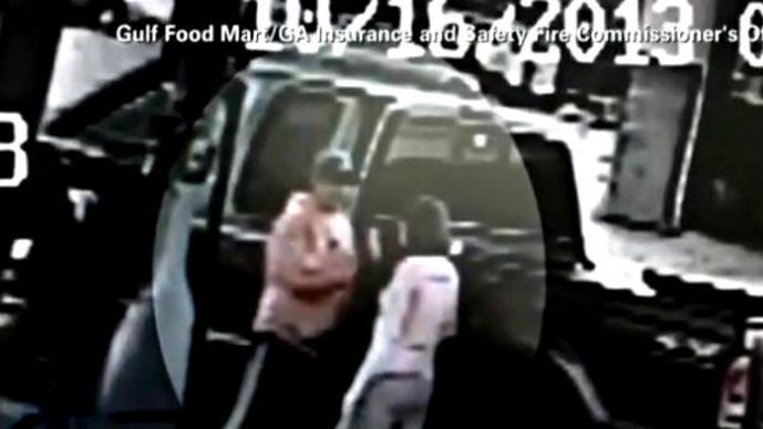 Hombre incendia a su esposa por accidente   VIDEO
