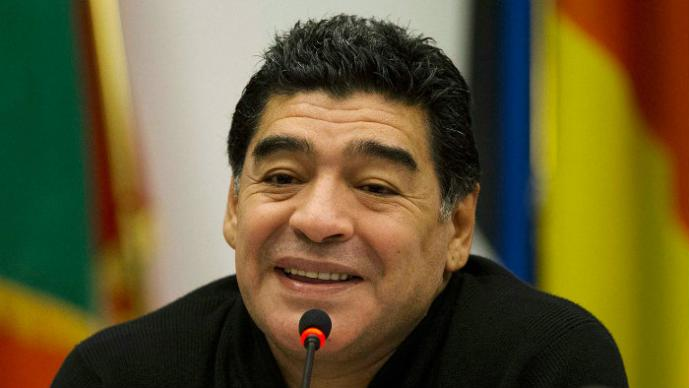 Maradona insulta y lanza botellazo al Kun Agüero