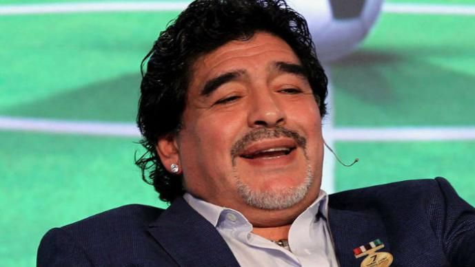 Maradona se deja seducir por bella rubia