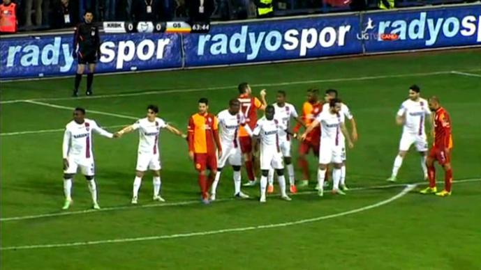 Peculiar forma de defender en el futbol turco | VIDEO