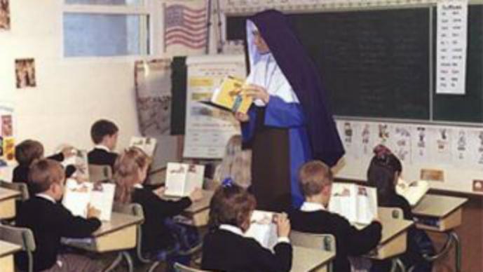 monja dando clase