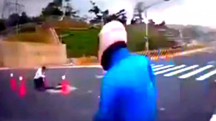 Hombre cae de su motocicleta y termina en una coladera   VIDEO