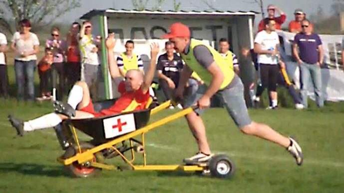 En esta liga, en lugar de carros, se utilizan carretillas para atender a los jugadores lesionados