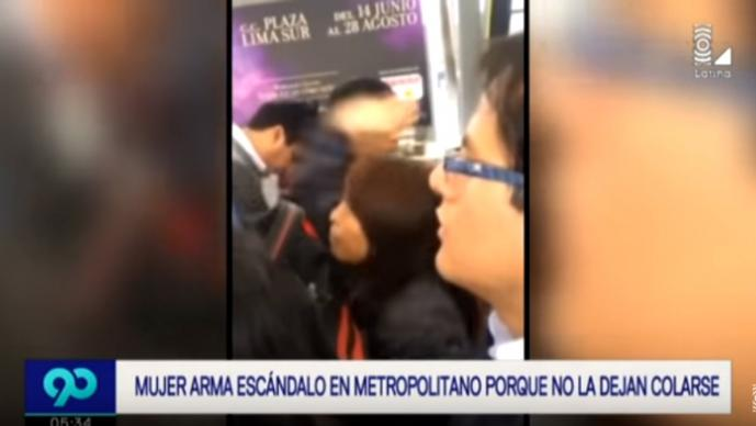 Mujer golpea a joven / Foto: YouTube