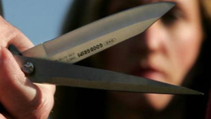 mujer corta miembro de su marido