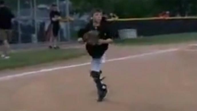 Niño beisbolista, una pierna