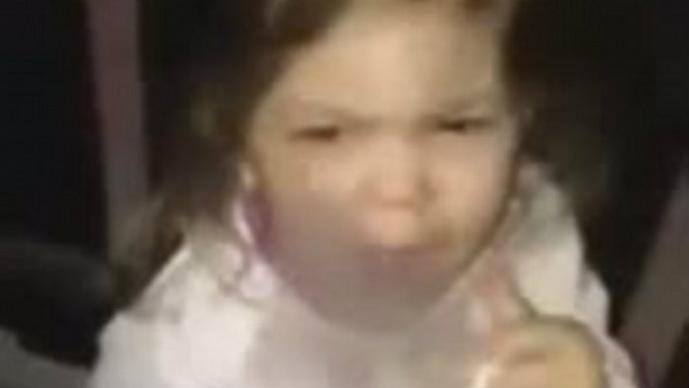 Niña de tres años es grabada fumando por su padre