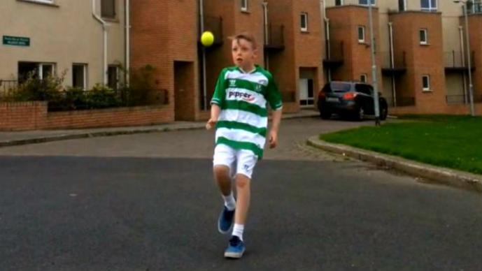 Niño irlandés es comparado con Messi   VIDEO