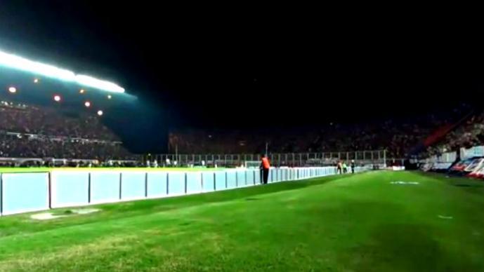 Aparece un ovni sobre un estadio de futbol | VIDEO