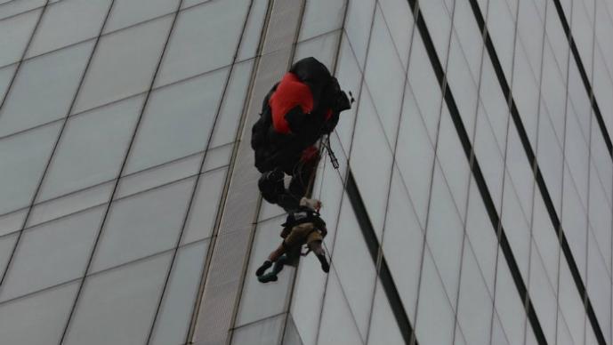 se queda atorado en el edificio ms alto de europa