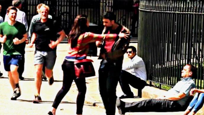 Pareja da una lección sobre violencia en la vía pública | VIDEO