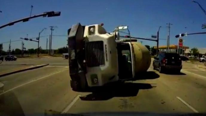 Brutal choque entre una pipa y un coche | VIDEO