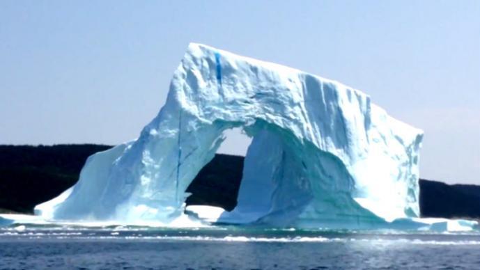 Pareja graba sorprendente colapso de iceberg