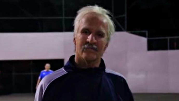 Anciano ofrece cátedra de futbol en un parque | VIDEO