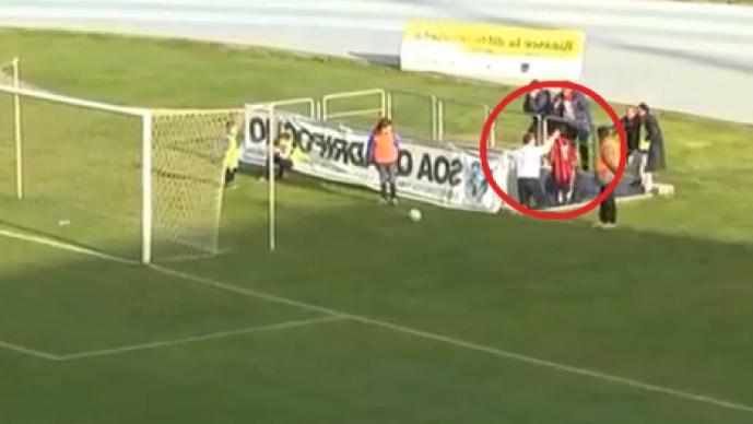 El técnico golpeó a su jugador por haberse ganado una expulsión