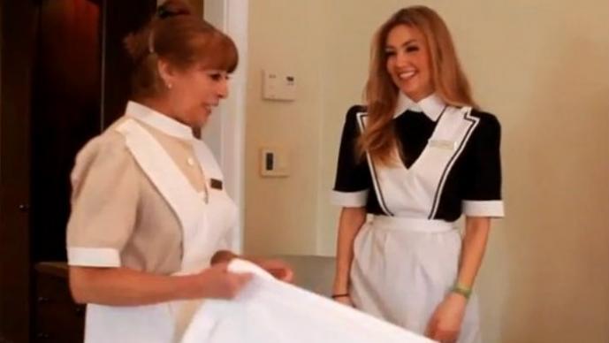 Thalía es captada trabajando como camarera en un hotel | VIDEO