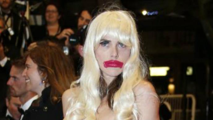 chica en topless en Cannes