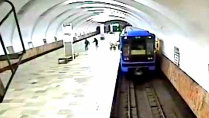 Mujer tira a su bebé a las vías del metro | VIDEO