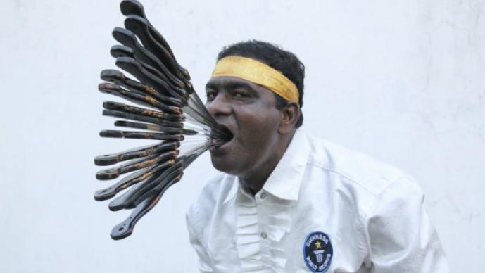 Hombre rompe récord de tragar espadas