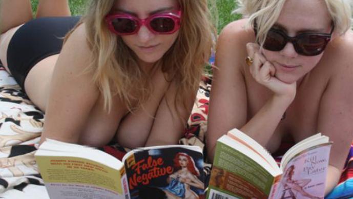 Club de lectura en topless