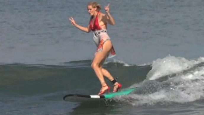 Surfistas rusas sobre tacones