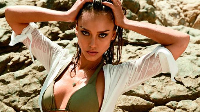 Jessica Alba muestra su ardiente cuerpo en bikini