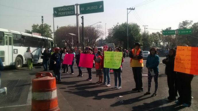 Vecinos cerraron circulación en Tacubaya, piden que dejen de orinarse y tirar basura cerca de una escuela