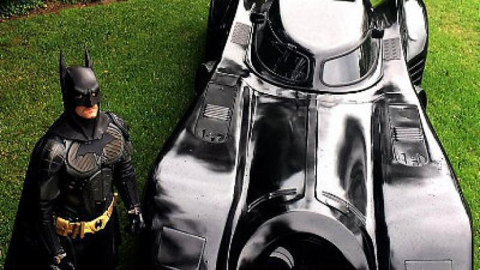 Fanático de Batman contruye su propio batimovil