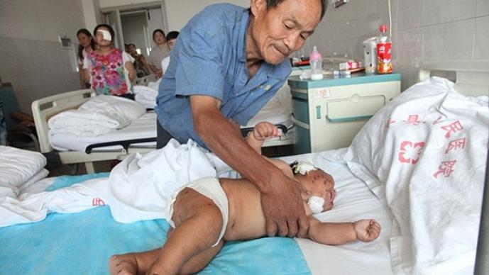 Bebé apuñalado en hospital