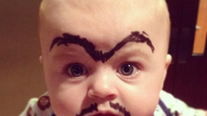 """Padres """"decoran"""" a sus bebés y lo comparten en las redes sociales"""
