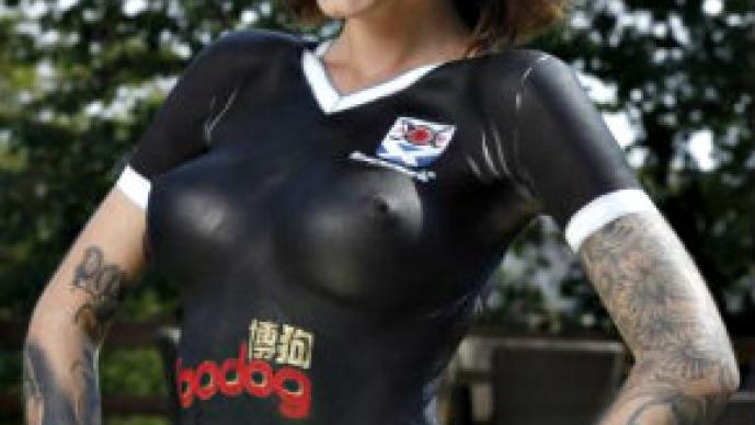 Equipo de futbol presenta su nueva playera con body paint