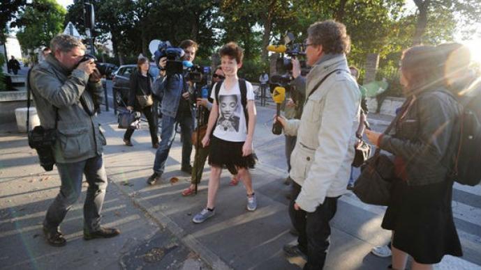 Estudiantes, falda, levanta, sexismo, protesta, denuncia, simbólica, Francia, ciudad de Nantes