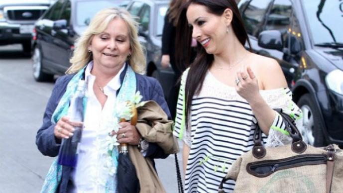 Claudia Lizaldi ¿celebra con su mamá por adelantado?