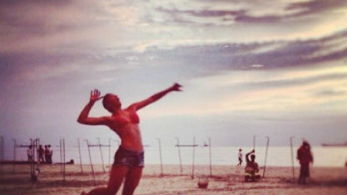 Esposa de James lucirá su figura en la playa