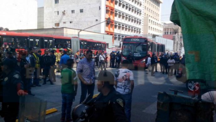 Fallece mujer por choque de Metrobús y camioneta