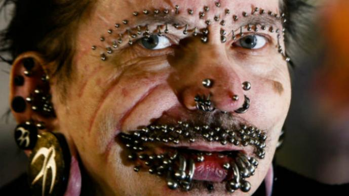 Rolf Buchholz tiene 168 piercings en la cara