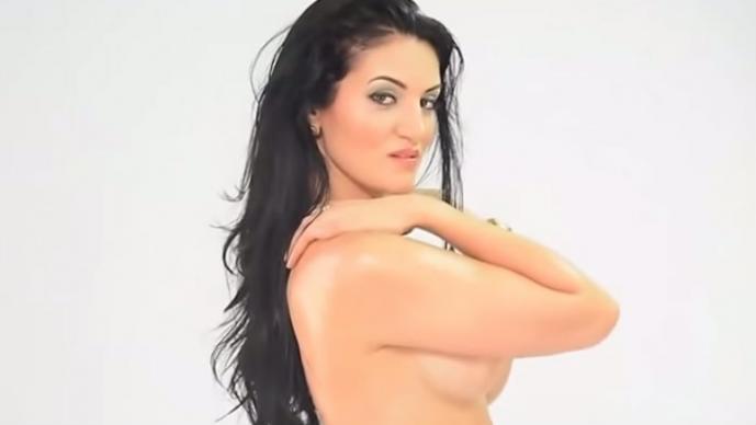 Actriz erótica orgullosa de sus mega curvas   VIDEO