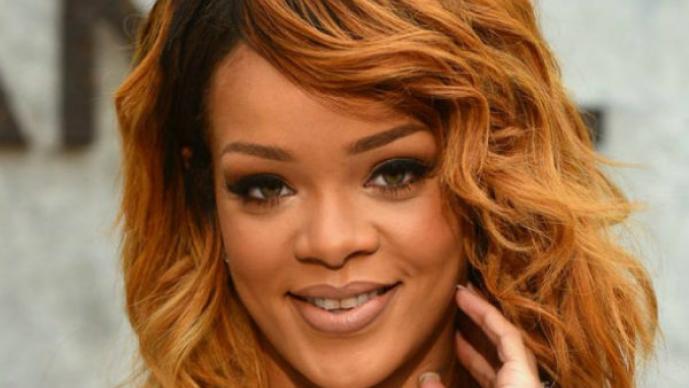 Rihanna vuelve a mostrar sus atributos con sexy atuendo | FOTOS
