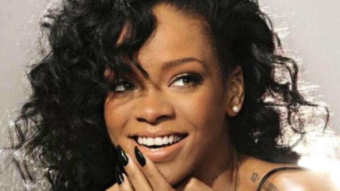 Rihanna es captada besando a una mujer