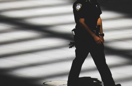 Policía toca pecho mujer muerta