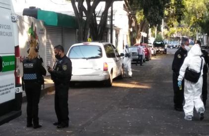 Apesta camioneta y vecinos lanzan alerta a policías; descubren cadáver en dos, CDMX