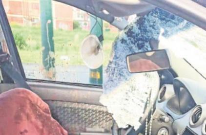 Militar de la Sedena muere aplastado por piedrota que le aventaron a su auto, en Edomex