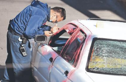 Sujetos armados le dan alcance a un hombre y lo asesinan a tiros, en calles de la CDMX