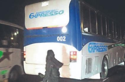 Pasajeros golpean a ladrón, luego de subir a autobús y plomear a un hombre en Edomex